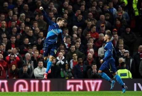 Monreal salta para comemorar seu gol no Old Trafford Foto: Laurence Griffiths / Getty Images