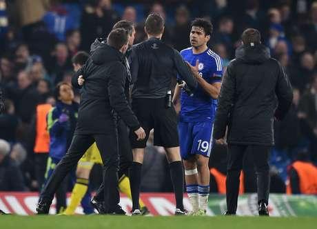Diego Costa tevetrabalho para deixar o gramado do Stamford Bridge após queda do Chelsea na Liga dos Campeões Foto: Tony O'Brien Livepic / Reuters