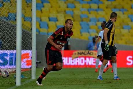 Alecsandro virou no final da partida e consagrou o técnico Vanderlei Luxemburgo Foto: Marcello Dias / Futura Press