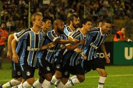Jogadores do Grêmio vibram com gol marcado por Giuliano Foto: Edson Castro / Futura Press