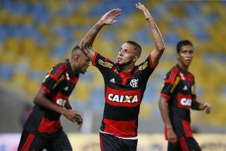 Paulinho empatou a partida para o Flamengo Foto: Paulo Campos / Agif