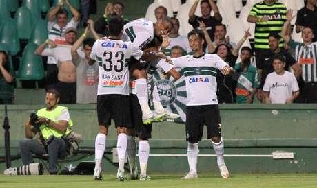 João Paulo, ao lado, foi o grande destaque da noite Foto: Coritiba / Divulgação