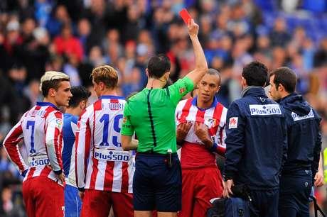Zagueiro brasileiro recebeu cartão vermelho direto ainda no primeiro tempo Foto: David Ramos / Getty Images