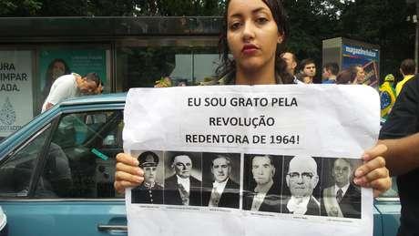 """A estudante Bianca Santos, de 22 anos, defende a intervenção militar porque é """"contra o comunismo"""" Foto: Janaina Garcia / Terra"""