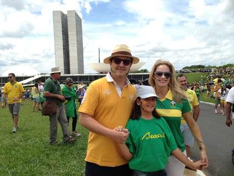 Deputado Danilo Forte levou mulher e filha para manifestação em Brasília Foto: Fernando Diniz / Terra