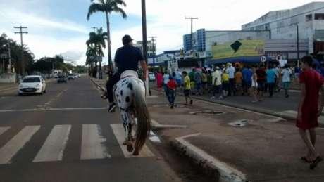 Ernandes Amorim cavalgando em manifestação Foto: Denis Faria / Especial para Terra