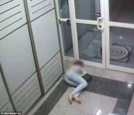 Funcionária não teria conseguindo entrar no hotel por supostamente estar embriagada Foto: Daily Mail / Reprodução