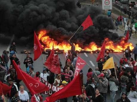 Manifestantes bloquearam avenidas e rodovias em três Estados Foto: MTST/Facebook / Reprodução