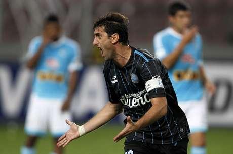 Diego Milito abriu caminho para o triunfo argentino no Peru Foto: Mariana Bazo / Reuters