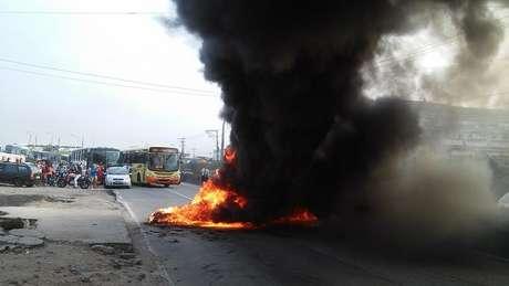 Interdição em rodovia de São Gonçalo (RJ) Foto: MTST/Facebook / Reprodução