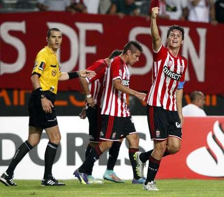 Guia Carillo comemora por ter decidido o jogo no final Foto: Enrique Marcarian / Reuters