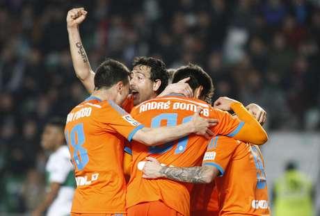 Valencia vence fácil, mas permanece em terceiro Foto: Morell / EFE