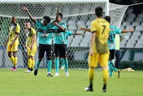 Coritiba venceu a quarta partida seguida no Paranaense e manteve a liderança Foto: Heuler Andrey/Agif / Gazeta Press