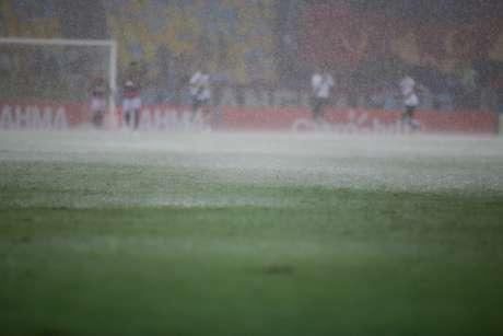 Chuva forte fez o clássico ser paralisado por 50 minutos na etapa inicial Foto: Rudy Trindade / FramePhoto