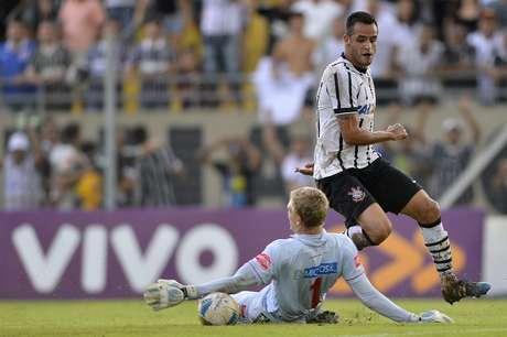 Goleiro Douglas Friederich foi expulso por colocar a mão na bola fora da área Foto: Mauro Horita / Agif/Gazeta Press
