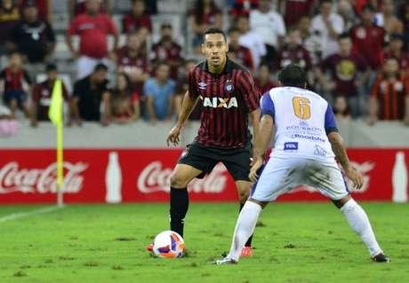 Edigar Junio em disputa de bola contra o Foz, na Arena Foto: Atlético-PR / Divulgação