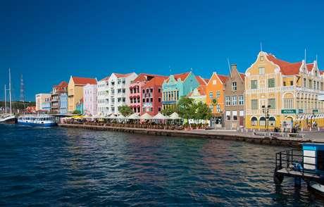Willemstad, capital de Curaçao, é considerada uma das 10 cidades mais coloridas do mundo