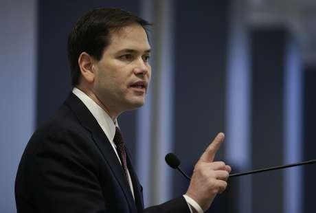 El aspirante presidencial republicano Marco Rubio, legislador por Florida, habla en un evento organizado por el ayuntamiento de Los Ángeles, el 28 de abril de 2015.