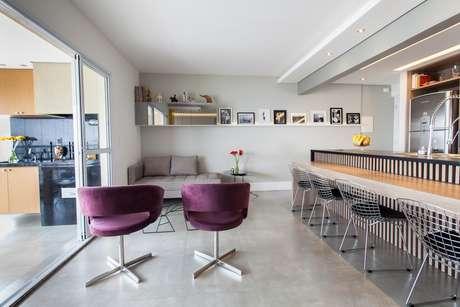 Montar uma composição de quadros, de tamanhos e molduras diferentes dispostos aleatoriamente na maior parede do ambiente é uma solução fácil e barata para modernizar sala de jantar