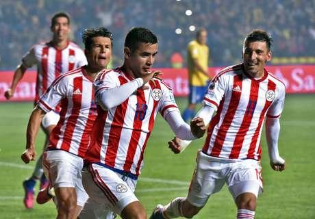 Jogadores paraguaios comemoram classificação contra o Brasil