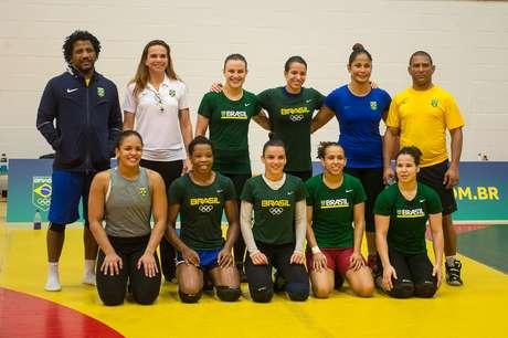 Aline Silva (de cinza) não tem na equipe brasileira de lutas uma sparring do seu peso para ajudar nos treinamentos