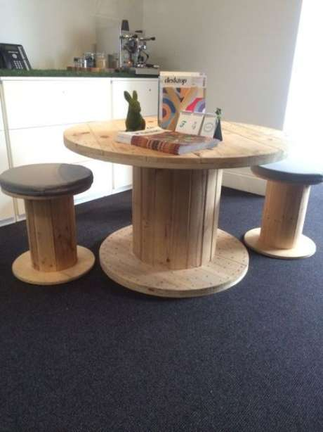 Carretéis de tamanhos diferentes se transformam em mesa e bancos
