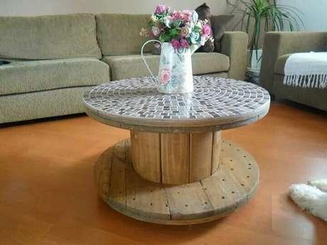 Mesa de mosaico feita com carretel