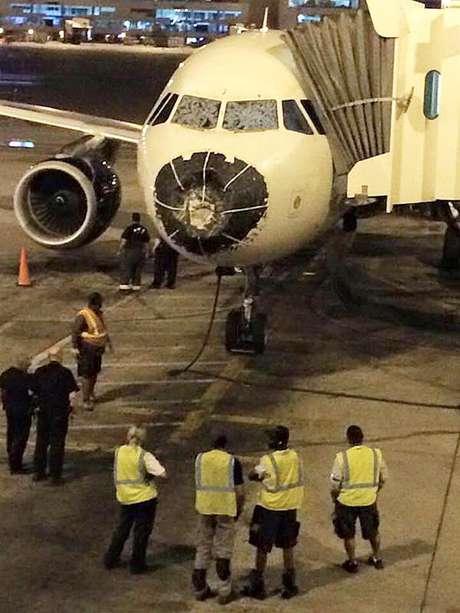 Chuva de granizo destruíram janelas e o bico do Airbus A320 da Delta Airlines nos Estados Unidos.