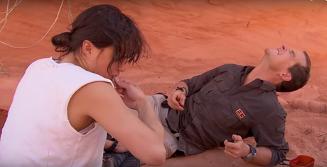 Bear Grylls fica surpreso ao ver Michelle Rodriguez comer o rato mergulhado na urina da atriz de Hollywood, durante programa da TV britânica