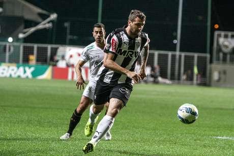Pratto tenta escapar de marcação do Figueirense