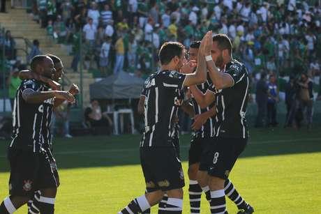 Líder e com folga: Corinthians mantém vantagem de 4 pontos em relação ao Atlético-MG