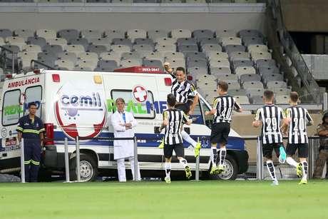 Ricardo Oliveira faz festa após marcar golaço de fora da área
