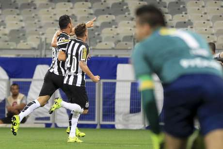 Fábio não conseguiu segurar chute de fora da área de Ricardo Oliveira: 1 x 0 para o Santos
