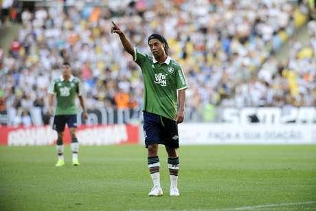 Ronaldinho foi muito vaiado pela torcida do Fluminense e acabou substituído