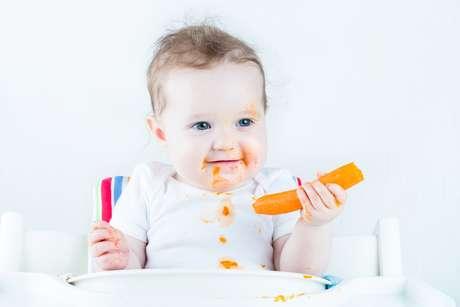 A introdução de alimentos sólidos, uma vez postergada para 10-12 meses, diminui sensivelmente a aceitação por parte da criança