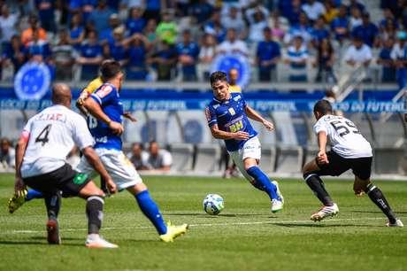 Willian driblou vários adversários antes de marcar o segundo gol da goleada do Cruzeiro, no Mineirão