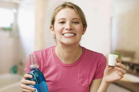 Os enxaguantes fluoretados são um aliado para complementar a escovação