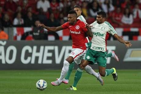 Vitinho e Thiago Santos disputam bola no jogo no Beira Rio
