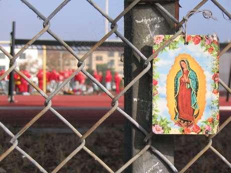 2.- Imagen de la virgen afuera de un estadio de beisbol en Berkeley, California.