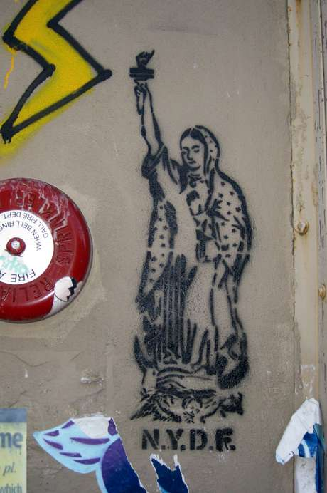 7.- Virgen de Guadalupe disfrazada de la estatua de la libertad.