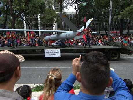 Un dron de vigilancia participó en el desfile.