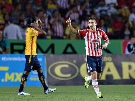 Con el reloj en mano y nerviosismo, el Guadalajara avanzó a los cuartos de final de la Copa MX del Torneo Apertura 2015, luego de superar de visitante 2-1 a Monarcas Morelia.