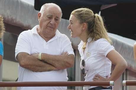 Amancio Ortega conversa com a filha, Marta Ortega Perez, que ele vem preparando há anos para sucedê-lo à frente do grupo Inditex