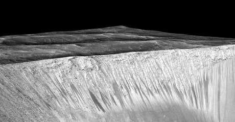 Imagem da cratera Garni mostra linhas que seriam causadas por água salgada.