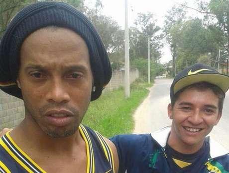 Ileso da batida, Ronaldinho até tirou selfies com moradores da região
