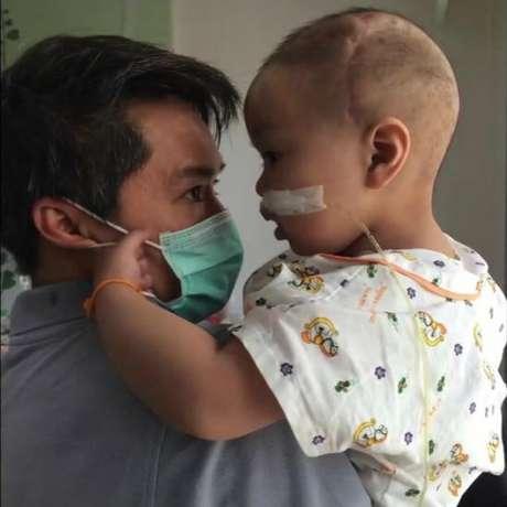 Einz passou a maior parte de sua vida em um hospital de Bangcoc