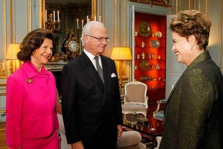 Dilma recebe as boas-vindas ao desembarcar em Estocolmo; interlocutores disseram que um dos objetivos da visita é mostrar que 'governo não está parado'