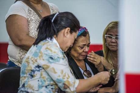 Família da dançarina vai ao IML para fazer a liberação do corpo. Na foto, a mãe de Ana Carolina, Antonia Souza Vieira, chora ao lado de parentes