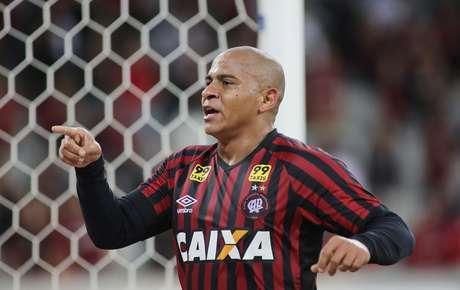 Walter comemora primeiro gol do Atlético-PR na Arena da Baixada