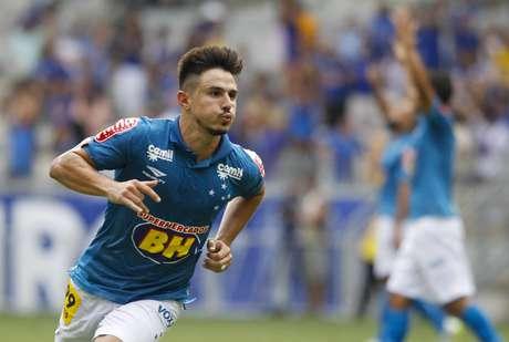 Willian empatou para o Cruzeiro logo na sequência do gol do São Paulo